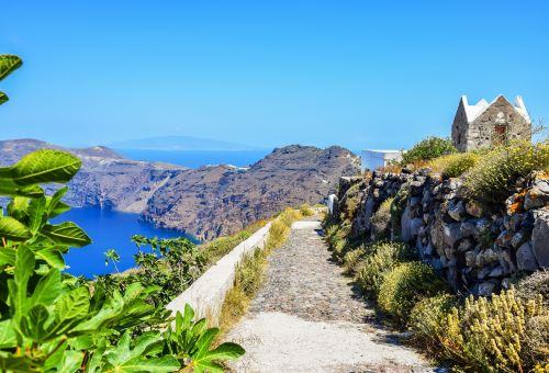 A footpath linking Fira and Oia, one of the best things to do in Santorini