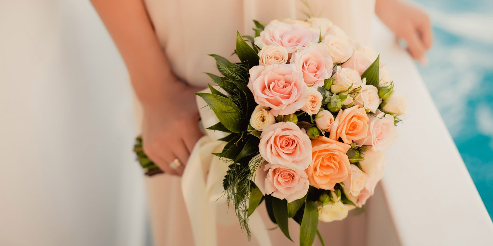 https://www.talamare.com/medias/Close-up of a bouquet of pink roses during  a wedding celebration on a yacht charter