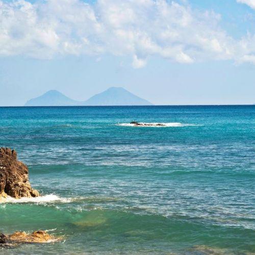 Une belle plage dans la province de Messine en Sicile