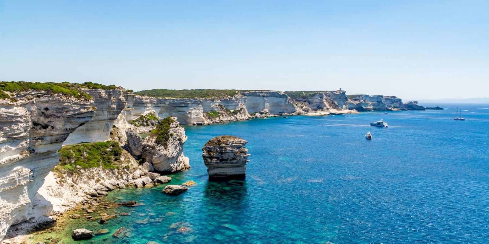 https://www.talamare.com/medias/Panorama of the cliffs of Bonifacio during a Corsica yacht charter