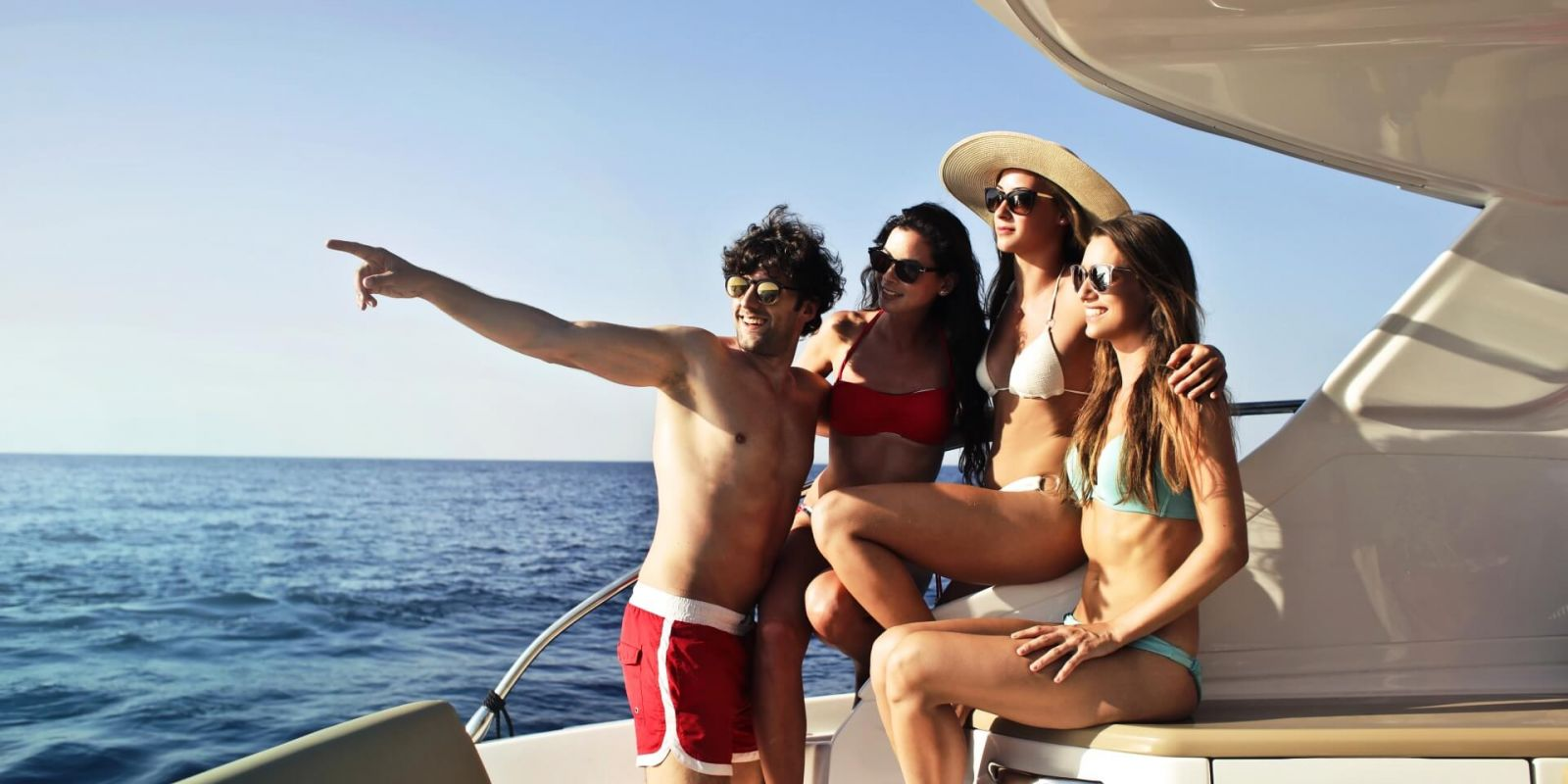 https://www.talamare.com/medias/A large group of people enjoying a beautiful day during their yacht charter