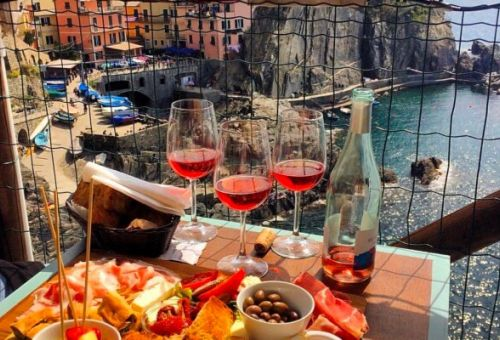 Cocktails and bruschettas on the charming terrace of Nessun Dorma in Manarola