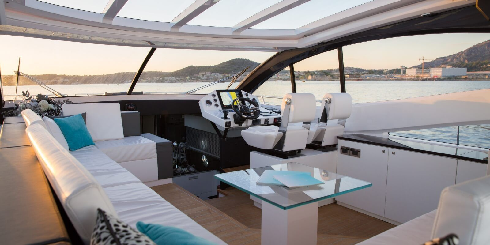 https://www.talamare.com/medias/The cockpit of a charter boat en route from Cannes to St Tropez during a day yacht rental on the French Riviera